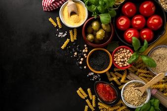 ? Ywno? Ci koncepcji? Ywno? Ci Concept z ró? Nymi smaczne? Wie? E sk? Adniki do gotowania. Włoskie składniki żywności. Widok z góry z miejsca na kopię.