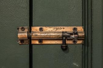Zamek drzwi drewnianych z metalową śrubą