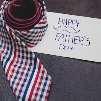 Zamknij się dzień ojca kompozycji z notatką i krawat