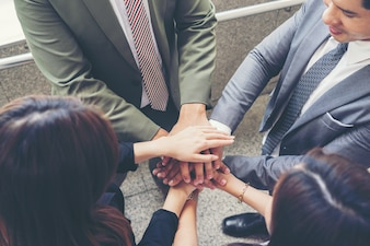 Zamknij się ludzi biznesu ręce razem. Koncepcja pracy zespołowej.