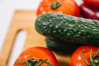 Zamknij widok ogórek i pomidorów