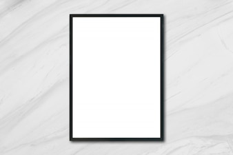 Zamontuj pustą ramkę plakatu wiszącą na białej marmurowej ścianie w pomieszczeniu - można użyć makiety do wyświetlania produktów montażowych i projektowania kluczowych wizualnych układów.