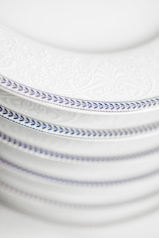 Zestaw czystych białych płyt w szafce