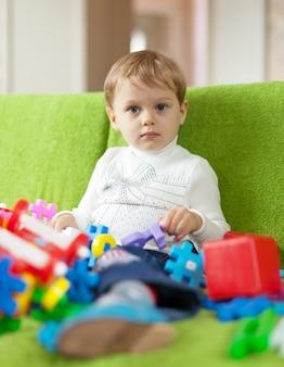 3 años niño juega con juguetes
