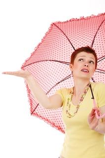modelo femenino feliz aislado lloviendo fashion girl