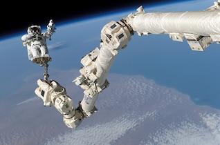 a pie de la estación espacial internacional astronauta
