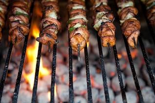 Cocinar pollo cena de barbacoa de carne de barbacoa fuego