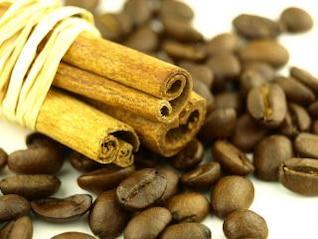 canela y granos de café, taza