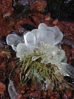 hielo en el acantilado