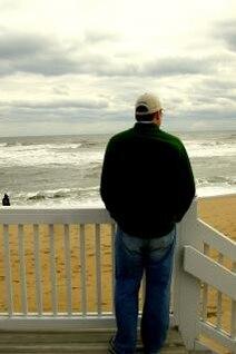 mirando al mar, contemplativa