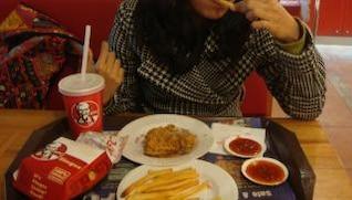 pollo de KFC y papas fritas