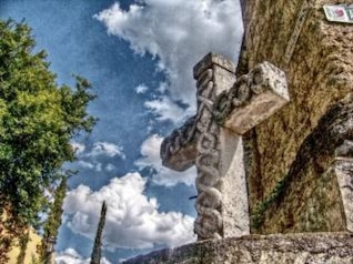 cruz de piedra, de fondo