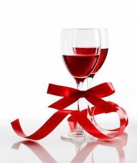 copa de vino rojo sobre un fondo blanco