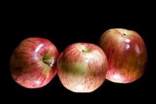 tres manzanas rojas