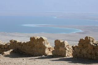 vista al mar muerto desde la colina de Masada en Judea