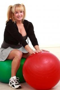 mujer madura con pelotas