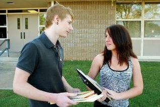 dos adolescentes que hablan