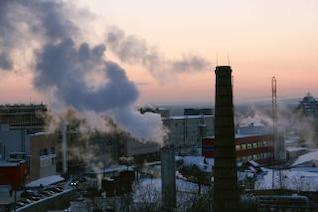 el humo y el cielo del atardecer
