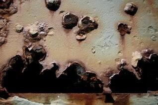 agujeros de bala en el metal