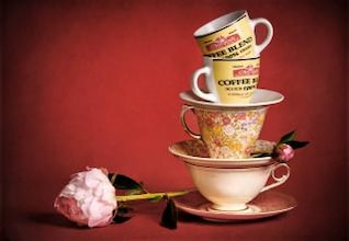 Bodegón con tazas de té y flores