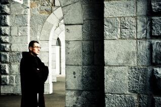 sacerdote, de pie en la iglesia