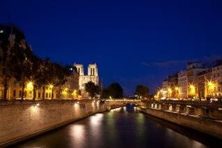 París-sur-Seine el crepúsculo la luz