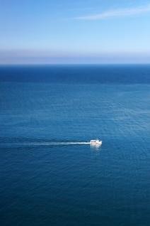 barco en el mar de envío