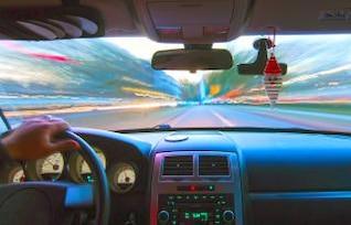 conduciendo a la velocidad de la luz