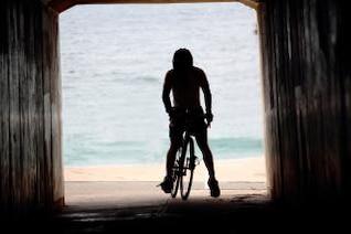 ciclista en el túnel túnel