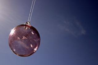 Bola de cristal contra el cielo