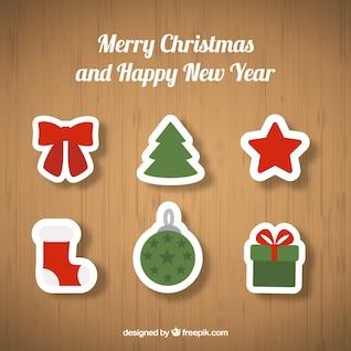 Adornos de Navidad sobre fondo de madera