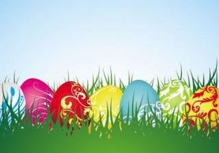 Huevos coloridos en hierba verde