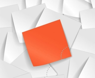 Nota adhesiva de color naranja sobre un montón de notas en blanco