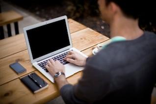 Usando la computadora portátil en el escritorio de oficina