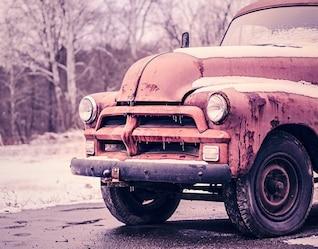 Nevado viejo camión