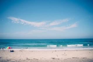Sentado junto a la orilla del mar
