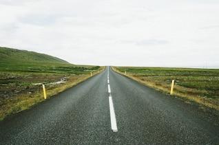 Líneas discontinuas en la carretera
