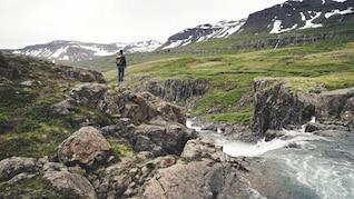 de pie sobre las rocas
