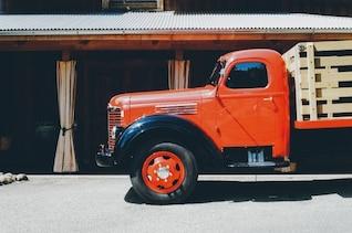 Camión rojo brillante