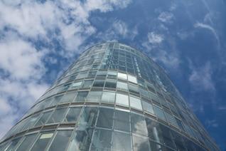 Torre de oficinas y el cielo nublado