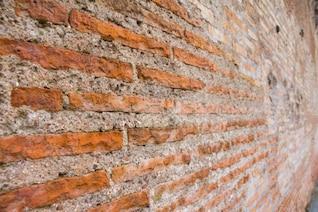 Ladrillo de color naranja y la pared mortero