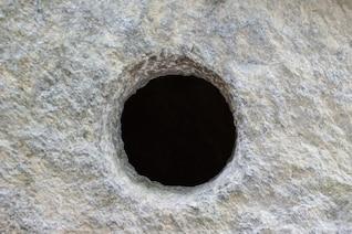 Agujero en la pared de piedra