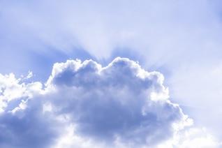 Los rayos de luz detrás de la nube