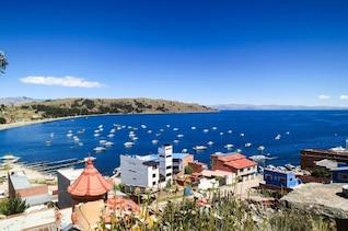 Bahía azul lleno de barcos