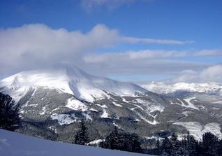 Nubes sobre el pico cubierto de nieve
