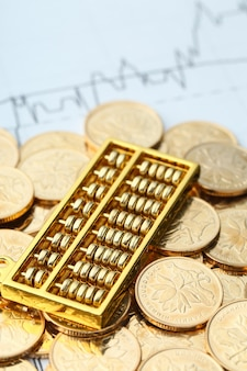 Abacus dorado con monedas de oro rmb chino como fondo