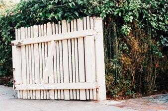 Abra la puerta de madera blanca