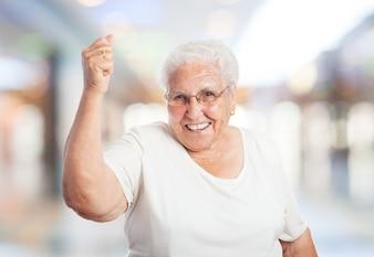 Abuela sonriendo con el puño en alto
