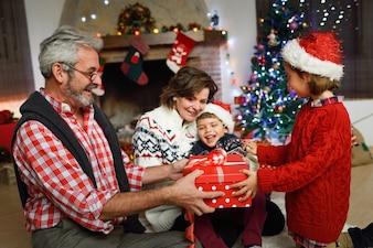 Abuelos con los nietos abriendo cajas de regalos