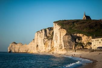 Acantilado al lado de una playa